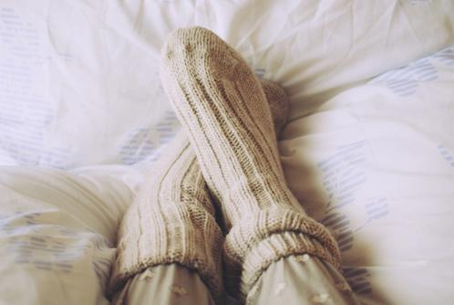 Koude voeten in bed voorkomen met dikke sokken
