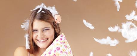 Meisje met dons en veren