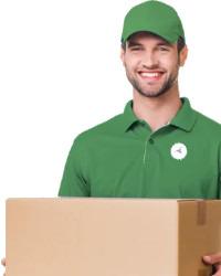 Lachende bezorger met een pakket