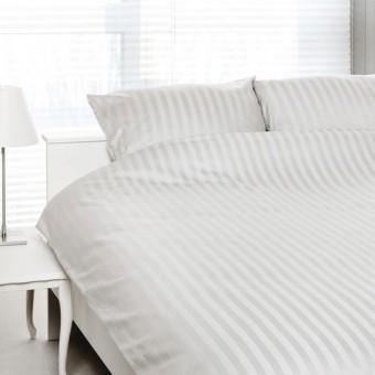 Opgemaakt bed, overtrek Satin d'Or.